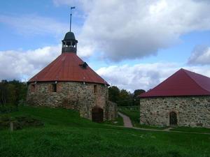 ...на большом острове, образованном рукавами реки Вуоксы, расположен старинный русский город Приозерск (Корела).