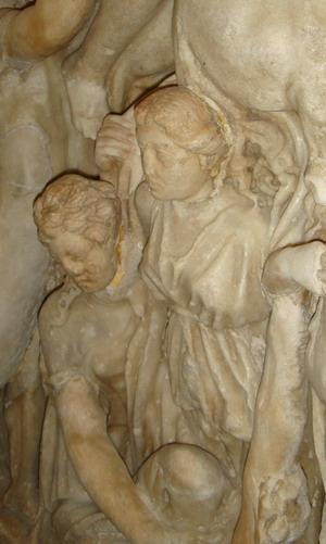 Женские головы с крышки саркофага